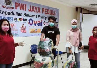 Di Tengah Wabah Corona, PWI Jaya Peduli Salurkan Sembako Bagi Warga dan Wartawan
